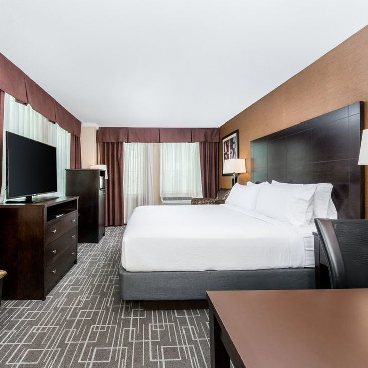 Guestroom at the Holiday Inn Charlotte Center City